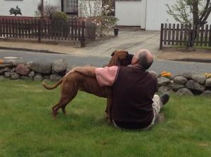 Man kann das Haus auch gemeinsam bewachen - Herr H. und ich im Garten